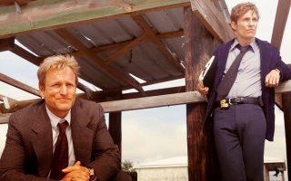 Γούντι Χάρελσον  (αριστερά) και Μάθιου Μακόναχι. Οι δύο αστυνομικοί στο τηλεοπτικό «True Detective»: μια σκοτεινή ιστορία αναζήτησης ενός σίριαλ κίλερ στα ξεροχώραφα της Λουιζιάνα, που έχει προκαλέσει φρενίτιδα παγκοσμίως.