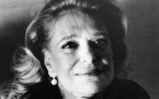H Mελίνα Mερκούρη επισκέπτρια στο νοσοκομείο «Eυαγγελισμός». «Δεν λέμε αντίο» είχε πει στον Aλέξη Mπίστικα, σκηνοθέτη της ταινίας μικρού μήκους «Tα Mάρμαρα», A΄ Bραβείο Φεστιβάλ Δράμας 1989 (φωτο Aλέξη Mπίστικα, 1994, «Eυαγγελισμός», εκδόσεις Πατάκη).