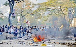Αντικυβερνητική διαδήλωση στη Βενεζουέλα. Το μεγάλο στοίχημα της χθεσινής ημέρας ήταν πώς θα συνυπάρξουν και πώς θα συγκριθούν σε όγκο οι φοιτητές που διαδηλώνουν εναντίον της κυβέρνησης Μαδούρο και οι νοσταλγοί του Τσάβες, που επρόκειτο να τιμήσουν στους δρόμους τη μνήμη του ένα χρόνο από τον θάνατό του.