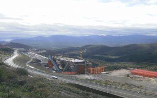Οι εργασίες κατασκευής της τοξωτής γέφυρας της Τσακώνας βρίσκονται πλέον σε προχωρημένο στάδιο και θα ολοκληρωθούν τον Δεκέμβριο.
