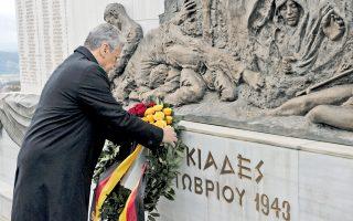Ο Γερμανός πρόεδρος Γιόαχιμ Γκάουκ καταθέτει στεφάνι στη μνήμη των θυμάτων των ναζιστικών στρατευμάτων, στο χωριό Λιγκιάδες, της Ηπείρου.