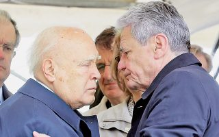 Ο κ. Γιόαχιμ Γκάουκ εξήρε τη συμβολή του Ελληνα Προέδρου της Δημοκρατίας κ. Κάρ. Παπούλια στην ελληνογερμανική συμφιλίωση.