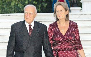 Ο Πρόεδρος της Δημοκρατίας κ. Κάρολος Παπούλιας με τη σύζυγό του κ. Μαίη Παπούλια στα σκαλοπάτια του Προεδρικού Μεγάρου