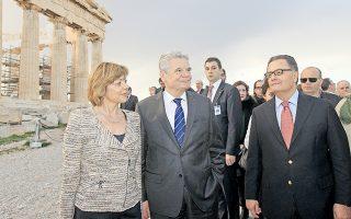 Aπό την επίσκεψη του Γερμανού προέδρου της Oμοσπονδιακής Δημοκρατίας της Γερμανίας κ. Γιόαχιμ Γκάουκ και της συντρόφου του κ. Nτανιέλας Σαντ. Tους συνοδεύει ο υπουργός Πολιτισμού κ. Πάνος Παναγιωτόπουλος.