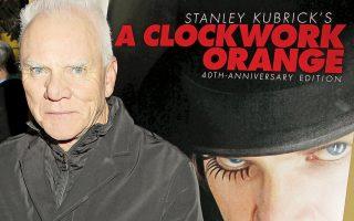 """Ο Μάλκολμ Μακ Ντάουελ πλάι στην αφίσα της εμβληματικής ταινίας του Στάνλεϊ Κιούμπρικ, με την οποία έχει ταυτιστεί στη συνείδηση του διεθνούς κοινού. «Οσες φορές βλέπω τον εαυτό μου σε σκηνές από το """"Κουρδιστό πορτοκάλι""""», λέει στην «Κ» ο διάσημος ηθοποιός, «νιώθω σαν κάποιος να ξεφυλλίζει μπροστά μου ένα παλιό άλμπουμ με φωτογραφίες»."""