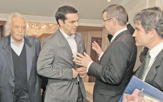 Ιδού μία φωτογραφία που περιέχει είδηση: ο Τσίπρας κουμπώνει το σακάκι του! Για όλα σε τούτη τη ζωή υπάρχει μια πρώτη φορά...