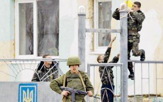 Ουκρανοί στρατιώτες στερεώνουν την ουκρανική σημαία στη βάση του Μπελμπέκ. Απέξω, με την πλάτη γυρισμένη σε αυτούς, ένας Ρώσος στρατιώτης.