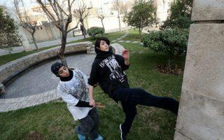 Παρκούρ στο Ιράν και μάλιστα από γυναίκες. Στο πάρκο Tavalod της Τεχεράνης εξασκούνται οι νεαρές, λάτρεις του παρκούρ, με τα κορίτσια να  είναι ενδυματολογικά  πλήρως καλυμμένα σύμφωνα με την θρησκεία τους και από πάνω να  φοράνε τα μοδάτα μπλουζάκια. Το άθλημα που συνδυάζει τα ακροβατικά με την γυμναστική και καταφέρνει να ανεβάζει κατακόρυφα την αδρεναλίνη με την επικινδυνότητά του, κατέφτασε στο Ιράν και απέκτησε φανατικούς φίλους. AFP PHOTO/ATTA KENARE