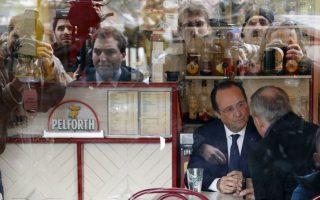 Τα πράγματα δεν πηγαίνουν καλά. Οι φήμες λένε ότι ο Πρόεδρος χώρισε και πάλι, αυτή την φορά  από την ηθοποιό Julie Delpy. Ούτε όμως τα επαγγελματικά του φαίνεται να πηγαίνουν καλά. Στην πρώτη εκλογική αναμέτρηση μετά την ανάληψη της Προεδρίας, καταγράφηκε τεράστια αποχή και μεγάλη άνοδο της ακροδεξιάς. Έτσι ο Francois Hollande, έχει κάθε λόγο να κάθεται θλιμμένος σε ένα καφέ, με τους φωτογράφους να αντικατοπτρίζονται στο τζάμι και να καταγράφουν την κάθε του κίνηση. REUTERS/Regis Duvignau