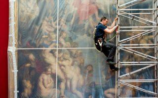 Ένας Rubens τυλιγμένος με πλαστικό. H Alte Pinakothek του Μονάχου θα κλείσει για το κοινό μέχρι το 2017 για να μπορέσει να ανακαινιστεί. Διάσημοι πίνακες όπως ο εικονιζόμενος,«The Great Last Judgement»(1617), του Peter Paul Rubens, τυλίχτηκαν με πλαστικό και στην συνέχεια με ξύλο για να προστατευτούν από τις  εργασίες.  EPA/SVENHOPPE