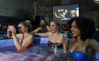 Νέες επιχειρηματικές ιδέες. Ο μόλις 27χρονος επιχειρηματίας Joep Verbunt, ίδρυσε την εταιρία του «Hot Tub Movie Club» σε ένα εγκαταλειμμένο εργοστάσιο στο Άμστερνταμ. Οι θαμώνες του κλάμπ  μπορούν να παρακολουθήσουν την ταινία σε μικρές πισίνες γεμάτες με 1.000 λίτρα ζεστού νερού μαζί με την παρέα τους. Η ιδέα όμως, όπως παραδέχεται και ο ίδιος, δεν ήταν δικιά του. Αποφάσισε να φτιάξει το κλαμπ όταν επισκέφθηκε ένα αντίστοιχο στο Λονδίνο.  REUTERS/Michael Kooren