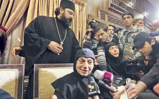 Ελεύθερες αφέθηκαν, μετά τρεις μήνες ομηρίας, οι 13 ορθόδοξες μοναχές και τρεις δόκιμες που είχαν απαχθεί από τη Μονή της Αγίας Θέκλας στη Συρία και μιλούν σε δημοσιογράφους στην πόλη Τζεϊντέτ Γιαμπούς. «Κανείς δεν μας ενόχλησε», ήταν η απαραίτηση διευκρίνιση σε ανασκευή φημολογίας ότι οι ισλαμιστές απαγωγείς τους τις υποχρέωσαν να βγάλουν τους σταυρούς τους. Η υπόθεση, μαζί με αυτήν των δύο απαχθέντων μητροπολιτών του Χαλεπίου, που η τύχη τους αγνοείται εδώ και σχεδόν ένα χρόνο, φωτίζει την οδύσσεια των χριστιανών της Συρίας.