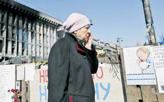 Σε αυτοσχέδιο μνημείο έχει μετατραπεί η πλατεία Ανεξαρτησίας στο Κίεβο, οι διαδηλώσεις της οποίας οδήγησαν στην πτώση του Γιανουκόβιτς.