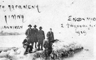 Εβραίοι των Ιωαννίνων σε αναμνηστική φωτογραφία μπροστά στη λίμνη της πόλης τους.