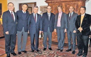 Aπό αριστερά, ο πρέσβης του Καναδά, ο πρέσβης της Ινδίας, ο διπλωμάτης Κωνσταντίνος Πρεβεδουράκης, ο πρόεδρος των Παιδικών Χωριών SOS Αναστάσιος Βρεττός, η πρέσβειρα της Αυστρίας, ο πρέσβης της Αργεντινής και ο πρέσβης του Μεξικού.