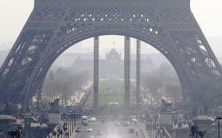 Αχνά διακρίνεται ο Πύργος του Αϊφελ στη φωτογραφία, που τραβήχτηκε από την πλατεία του Τροκαντερό, μόλις διακόσια μέτρα από το εμβληματικό μεταλλικό οικοδόμημα του Παρισιού. Με τους ατμοσφαιρικούς ρύπους να ξεπερνούν χθες για πέμπτη συνεχόμενη ημέρα τα επίπεδα συναγερμού, ο δήμος της πρωτεύουσας ανακοίνωσε σειρά συγκοινωνιακών μέτρων.