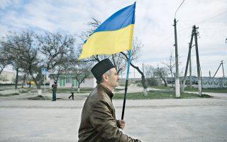 Τατάρος της Κριμαίας με την ουκρανική σημαία. Ο Αμερικανός υπουργός Εξωτερικών, Τζον Κέρι, εξέφρασε την ανησυχία ότι το αυριανό δημοψήφισμα θα οδηγήσει σε προσάρτηση της Κριμαίας στη Ρωσία και υπογράμμισε πως οι ΗΠΑ δεν θα αναγνωρίσουν το αποτέλεσμά του.