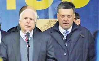 Φωτογραφία από την πρόσφατη κοινή εμφάνιση του Τιαχνιμπόκ με τον Αμερικανό γερουσιαστή Τζον Μακέιν στο Κίεβο.