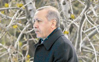 Αυτή η άνοιξη μοιάζει με το προσωπικό φθινόπωρο του Ερντογάν. Υστερα από έντεκα χρόνια στην εξουσία, το άστρο του δύει. Το σκάνδαλο διαφθοράς και η λαϊκή οργή δυσχεραίνουν την πορεία του προς τις δημοτικές εκλογές.