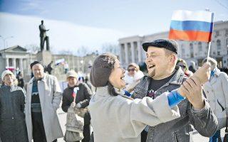 Το βαλς του πανηγυρισμού χορεύει αυτό το ζευγάρι στη Συμφερούπολη, μετά το συντριπτικό «ναι» των ψηφοφόρων της Κριμαίας υπέρ της ενσωμάτωσης με τη Ρωσία.
