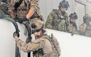 Ασκηση εισπήδησης των βατραχανθρώπων SEAL του πολεμικού ναυτικού των ΗΠΑ ανοιχτά του Σαν Ντιέγκο, κέντρου εκπαίδευσης της μονάδας.