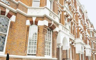 Αστρονομικές παραμένουν οι τιμές στέγης σε κάθε συνοικία του Λονδίνου, ενώ κάθε ρεκόρ σπάει το Νάιτσμπριτζ στη φωτογραφία.