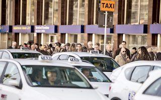 Ταξιδιώτες στο αεροδρόμιο Φιουμιτσίνο της Ρώμης περιμένουν στην ουρά για ταξί. Η πανιταλική απεργία στα Μαζικά Μέσα Μεταφοράς παρέλυσε χθες τις συγκοινωνίες πολλών μεγάλων πόλεων, με αίτημα την υπογραφή συλλογικής σύμβασης εργασίας, η οποία έληξε προ επταετίας. Υφιστάμενος τις κοινωνικές πιέσεις, ο Ιταλός πρωθυπουργός Ματέο Ρέντσι καταφέρθηκε χθες εναντίον των «τεχνοκρατών» των Βρυξελλών, τονίζοντας ότι στο Ευρωπαϊκό Συμβούλιο η Ιταλία «δεν θα πάει με το καπέλο στο χέρι» και «δεν θα ζητήσει ελεημοσύνη».