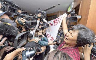 Με την απελπισία να της χαρακώνει το πρόσωπο, η μητέρα ενός εκ των Κινέζων επιβατών της πτήσης ΜΗ370, που αγνοείται από τις 8 Μαρτίου, σήκωσε πανό στην αίθουσα της καθημερινής ενημέρωσης των δημοσιογράφων για την εξέλιξη των ερευνών σε ξενοδοχείο της Κουάλα Λουμπούρ. «Είμαστε κατά της μαλαισιανής κυβέρνησης, γιατί απέκρυψε την αλήθεια και καθυστέρησε τη διάσωση. Απελευθερώστε τους ανθρώπους μας τώρα», γράφει το πανό.