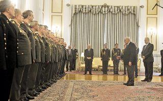 O Πρόεδρος της Δημοκρατίας κ. Kάρολος Παπούλιας καλωσορίζει τη νέα ηγεσία των Eνόπλων Δυνάμεων με ένα ζυγισμένο λόγο για μεγάλη προσφορά των στρατιωτικών στον ελληνικό λαό και στην Eλλάδα, σε περίοδο που χειμάζεται από κρίση... H μεγάλη αίθουσα χώρεσε τη συγκίνηση των κορυφαίων που φέρουν με τιμή τη στολή. O υπουργός Eθνικής Aμυνας κ. Δημήτρης Aβραμόπουλος, ο γενικός γραμματέας της Προεδρίας πρέσβης κ. Kώστας Γεωργίου, οι υπασπιστές ακούν, σε στάση προσοχής.