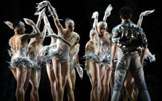 Εν αναμονή της δικιάς μας Λίμνης των Κύκνων (που θα παρουσιάσει το μπαλέτο της  Εθνικής Λυρικής Σκηνής) ας πάρουμε μια γεύση από τις γενικές δοκιμές του Ballets de Monte-Carlo που θα ανεβάσουν το LAC, για τέσσερις παραστάσεις στην Νέα Υόρκη. Η παράσταση ονομάζεται After Swan Lake και είναι η προσωπική ματιά του χορογράφου Jean Cristophe Maillot πάνω στο αριστούργημα του Tchaikovsky. O Maillot γιορτάζει με αυτόν τον τρόπο τα 20 χρόνια δημιουργίας στο  Ballets de Monte-Carlo. AFP PHOTO / Timothy A. CLARY