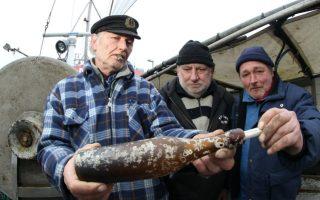 Μήνυμα σε μπουκάλι. Οι εικονιζόμενοι ψαράδες, ο καπετάνιος Konrad Fischer (αριστερά) και το πλήρωμά του, ανακάλυψαν το παλαιότερο μήνυμα σε μπουκάλι. Δυο μίλια μακριά από τον φάρο του Κιέλου είχαν απλώσει τα δίχτυα τους για να ανακαλύψουν μέσα στην ψαριά τους ένα μπουκάλι. Το μήνυμα- τι παράξενο- εμπεριείχε μια κάρτ ποστάλ και γραμματόσημα από  το 1913  με ημερομηνία 17Μαΐου.  EPA/UWEPAESLER