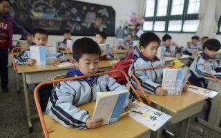 Θρανίο εναντίον της κύφωσης. Με μια μεταλλική μπάρα που είναι ενσωματωμένη στα θρανία των μαθητών και τα εμποδίζουν να σκύψουν μπροστά, προσπαθούν να καταπολεμήσουν το «καμπούριασμα» στην Κίνα. Το μέτρο εφαρμόζεται πιλοτικά μόνο σε αρκετά σχολεία της επαρχίας  Hubei και από την αποτελεσματικότητά του θα εξαρτηθεί η γενικευμένη εφαρμογή του.  REUTERS/Stringer