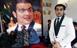 Ο Αφγανός υποψήφιος. Μπορεί η αμφίεση και το κοστούμι να θυμίζουν φολκλόρ τραγουδιστή, αλλά ο εικονιζόμενος Omar Naseer,  είναι πολιτικός και μάλιστα υποψήφιος στις επικείμενες δημοτικές και προεδρικές εκλογές που θα γίνουν στο Αφγανιστάν. Η φωτογραφία είναι από την προεκλογική συγκέντρωση του υποψηφίου και οι κουλουριασμένες κυρίες κάτω από την αφίσα του, είναι ψηφοφόροι. EPA/JALIL REZAYEE