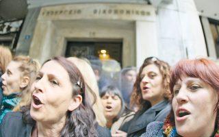Εξω από το υπουργείο Οικονομικών, οι καθαρίστριες διαδηλώνουν. Με το που μία από όλες τους θα αρπάξει ένα κλομπ, μία ακόμη ιστορία διαμαρτυρίας θα έχει γραφτεί στα πλακάκια της οδού Νίκης.