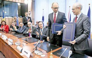 Την ώρα που ο Βλαντιμίρ Πούτιν ολοκλήρωνε τη διαδικασία προσάρτησης της Κριμαίας, η Ευρωπαϊκή Ενωση έστελνε ισχυρό μήνυμα πολιτικής θωράκισης της Ουκρανίας, με τη συμφωνία πολιτικής σύνδεσης που υπέγραψαν στις Βρυξέλλες ο πρόεδρος του Ευρωπαϊκού Συμβουλίου, Χέρμαν βαν Ρομπέι, και ο Ουκρανός πρωθυπουργός, Αρσένι Γιατσένιουκ. Στο μεταξύ, οι οικονομικές κυρώσεις των ΗΠΑ και της Ε.Ε. αρχίζουν να έχουν αντίκτυπο στη ρωσική οικονομία, ενώ διεθνείς οίκοι αξιολόγησης προειδοποιούν πως θα υποβαθμίσουν την πιστοληπτική ικανότητα της χώρας.