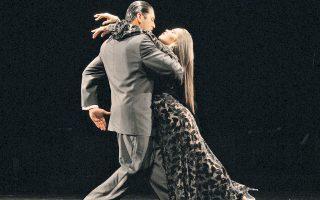 Δύο χορευτές του «Forever Tango», που παρουσιάζεται στο θέατρο Badminton.