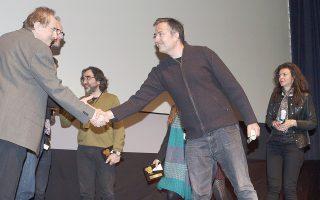 Λίγο πριν από την αναμνηστική φωτογραφία στην τελετή λήξης: ο διευθυντής του Φεστιβάλ Δ. Εϊπίδης χαιρετά τον σκηνοθέτη Ηλ. Γιαννακάκη. Στο βάθος, ο Δημ. Κουτσιαμπασάκος. Βραβευμένοι ο πρώτος από τη FIPRESCI, ο δεύτερος από το κοινό.