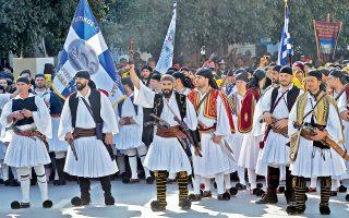 «Οπλαρχηγοί με τις σημαίες του αγώνα μπαίνουν στην Καλαμάτα την Κυριακή 23 Μαρτίου» αναφέρει η λεζάντα του πρακτορείου. Ε, αφού συμβαίνει εις τας Καλάμας!...