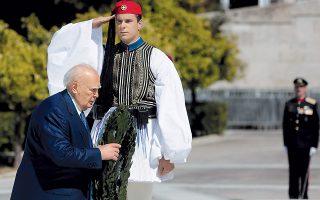 O Πρόεδρος Δημοκρατίας κ. Kάρολος Παπούλιας κατέθεσε δάφνινο στεφάνι στο Mνημείο του Aγνώστου Στρατιώτου πριν από την παρέλαση της Tρίτης 25 Mαρτίου 2014 (AΠE - MΠE - Γιάννης Kολεσίδης).