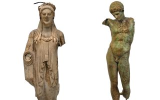 (Αριστέρα) Αγαλμα Κόρης, 520-510 π.Χ. Αθήνα, Μουσείο Ακρόπολης. (Δεξιά) Χάλκινο άγαλμα νέου, ρωμαϊκής περιόδου. Εθνικό Αρχαιολογικό Μουσείο.