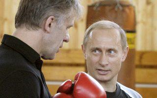 Ο Πούτιν φοράει γάντια του μποξ, μιλώντας στον επικεφαλής της Επιτροπής Αθλητισμού.