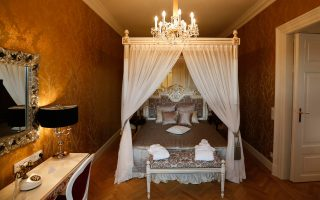 Υπνοδωμάτιο του διαμερίσματος των στενών συγγενών του αυτοκράτορα Φραγκίσκου-Ιωσήφ, που θα διατίθεται σε πελάτες για βραδιές μπαρόκ πολυτέλειας.