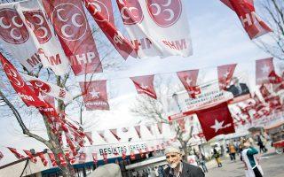 Κομματικές σημαίες στολίζουν τους δρόμους της Πόλης, ενόψει των κρίσιμων τοπικών εκλογών της Κυριακής.