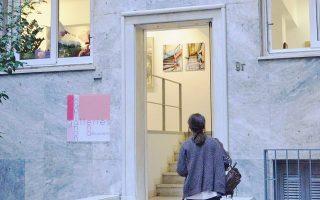 Η είσοδος στη νέα αίθουσα τέχνης «ena», που εγκαινιάστηκε πρόσφατα στην καρδιά της Αθήνας, στην οδό Βαλαωρίτου 9γ.