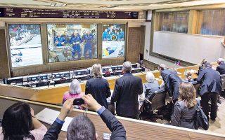 Τα μέλη της Αποστολής 39 στην οθόνη του ρωσικού κέντρου ελέγχου διαστημικών αποστολών.