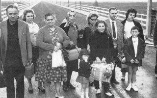 1964. Η κυπριακή κρίση το καλοκαίρι εκείνης της χρονιάς προκαλεί αεροπορικούς βομβαρδισμούς της Τουρκίας, χώρας-μέλους του ΝΑΤΟ, κατά της Κυπριακής Δημοκρατίας. Η ένταση που δημιουργείται δίνει το πρόσχημα στην Αγκυρα για νέες απελάσεις Ελλήνων της Κωνσταντινούπολης, όπως αυτοί που φωτογραφίζονται σε γέφυρα του Εβρου, οι οποίοι μόλις έχουν αφήσει πίσω τους την Τουρκία.