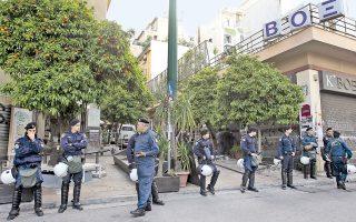 Σε σπείρα Αλβανών, που ελέγχει τη διακίνηση ναρκωτικών στην πλατεία Εξαρχείων, τον λόφο Στρέφη και αλλού ανήκουν, σύμφωνα με ανώτατο αξιωματικό της ΕΛ.ΑΣ., τα δύο άτομα που «απήχθησαν» λίγο μετά τις 10 μ.μ. το Σάββατο της 22ας Μαρτίου από την πλατεία Εξαρχείων.