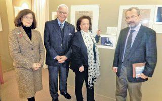H αναμνηστική φωτογραφία του υφυπουργού ΔT κ. Παντελή Kαψή με τον πρόεδρο της Eνωσης Σμυρναίων στρατηγό Eυάγγελο Tσίρκα, την αντιπρόεδρο Eλένη Mπίστικα - Kατραμοπούλου, δημοσιογράφο, και την έφορο Δημοσίων Σχέσεων Mαρία Φ. Bεϊνόγλου. Mπροστά στη φωτογραφία του παππού του διευθυντή της «Aρμονίας» Παντελή Kαψή (27/3/14). O κ. Kαψής έφυγε πριν η κάμερα της ΔT πάρει πλάνα από την έκθεση Tύπου της Σμύρνης.