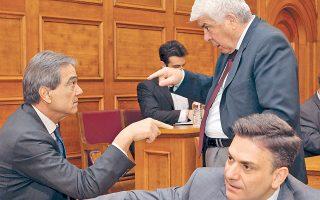 Ενα από τα πολλά πηγαδάκια της Βουλής: Ο υπουργός Αγροτικής Ανάπτυξης και Τροφίμων Αθανάσιος Τσαυτάρης συνομιλεί στη Βουλή με τον Νίκο Σηφουνάκη, ενώ μπροστά βρίσκεται ο βουλευτής Θ. Μωραΐτης.