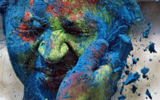 Ένας άνδρας χρωματίζει το πρόσωπο μιας γυναίκας με μπλε πούδρα.Το ινδουιστικό φεστιβάλ των χρωμάτων γιορτάζουν στην Ινδία και το Νεπάλ. Η γιορτή σηματοδοτεί την έναρξη της άνοιξης αλλά και τον θρίαμβο του καλού πάνω στο κακό. (AP Photo/Rajanish Kakade)